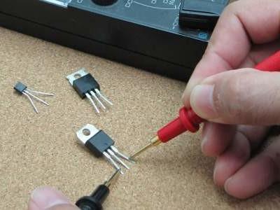 Meet de versterking van een transistor met een microcontroller