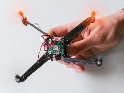 Drone met automatisch uitvouwbare armen