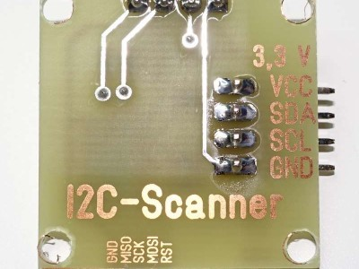 The doublesided PCB enables to make nice captitions for the connections