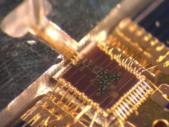 Der Sender (braunes Quadrat) und die metallene Gaszelle (linksoben) der Moleküluhr. Bild: MIT