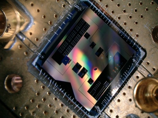 Met deze quantumchip (1x1cm) kunnen de onderzoekers luisteren naar het zwakste radiosignaal dat de quantummechanica toelaat (foto: TU Delft).