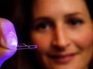 Artificial foil undulates under the influence of light