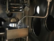 Die Vakuumkammer des RIR-MAPLE-Prozesses. Die gefrorene Lösung befindet sich in der (hellen) Vertiefung, über ihr hängt das zu beschichtende Objekt (Foto: Duke University/Stiff-Roberts/Mitzi).