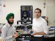 Amin Arbabian, Professor für Elektrotechnik (rechts) und Doktorand Angad Rekhi demonstrieren ihren Ultraschall-Wake-up-Empfänger.