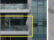 Links: die rot markierte Drohne, in der Mitte: durch das Fenster eines Büros zu filmen ist verboten, rechts: ein Selfie aus der Luft filme ist erlaubt (Fotos: Adi Shamir et al.).