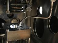 De vacuümkamer van het RIR-MAPLE-proces. De bevroren oplossing bevindt zich in de (lichte) uitsparing, het te coaten object hangt daarboven (foto: Duke University/Stiff-Roberts/Mitzi).