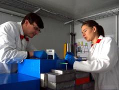 Dr. Stefan Seidlmayer mit Dr. Petra Kudejová am Instrument PGAA des FRM II  (Bild: Claudia Niiranen / TUM)