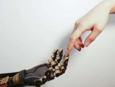 Menschlicher Finger berührt Roboterfinger. Bild: Bao Lab