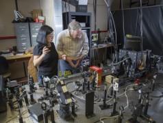 Die Professoren Sarah Li und Z. Valy Vardeny bei der Versuchsanordnung (Bild: University of Utah).