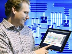 Le chercheur d'IBM Jay Gambetta utilise une simple tablette pour jouer avec l'ordinateur quantique d'IBM (Jon Simon/Feature Photo Service for IBM).