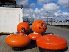Syntactische schuimboeien die onderzoeksapparatuur in zee markeren, ontwikkeld door NMF Development, het technologisch centrum van het NIOZ.