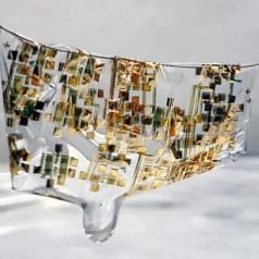 Semi-conducteur flexible et biodégradable, récemment développé par des ingénieurs de l'université Stanford, étendu sur un cheveu. Image : Bao lab.