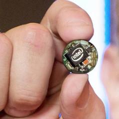 Un ordinateur de la taille d'un bouton pour des vêtements électroniques