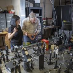 Professoren Sarah Li en Z. Valy Vardeny bij de onderzoeksopstelling (foto: University of Utah).