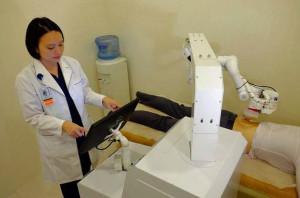 Menschen werden von einem Roboter massiert: Bild: Nanyang Technoological University.