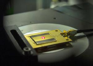 Dit zou de kleinste radio ter wereld zijn. Foto: Eliza Grinnell/Harvard SEAS