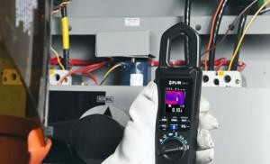 Stromzange mit eingebautem Wärmebildsensor von FLIR