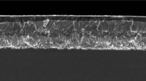 Mikroskopische Aufnahme des Querschnitts durch einen dünnen Film aus Perovskit Triple Cation.  © M. Grätzel/EPFL