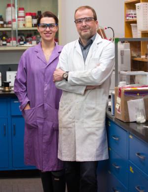 Doktorandin Monika Stolar und Professor Thomas Baumgartner sind Mitglieder der Abteilung Chemie der University of Calgary und arbeiten an kohlenstoffbasierten Akkus. Bild: Riley Brandt, University of Calgary.