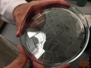 Plastikplättchen beschichten mit dem neuen Dielektrikum