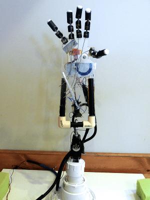 Main robotisée commandée par télépathie