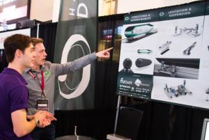 Deux étudiants devant un concept de capsule.