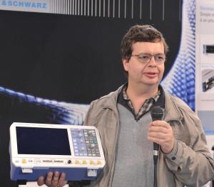 Nul doute que l'oscilloscope trouvera sa place sur la paillasse de cet ingénieur de recherche.