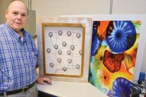 Platte luidsprekers vermomd als schilderijen kunnen geluid uit alle richtingen de huiskamer in sturen (foto: University of Rochester / Bob Marcotte).