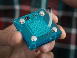 Model van de gecombineerde brandsofcel/supercondensator (foto: Reed Hutchinson/UCLA).