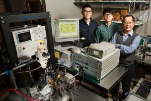 Curtis Wang, Michael Liu, Professor Milton Feng (v.l.n.r, foto: L. Brian Stauffer).