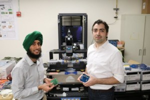 Amin Arbabian, hoogleraar elektrotechniek (r) en Angad Rekhi demonstreren hun ultrasone wake-up ontvanger.