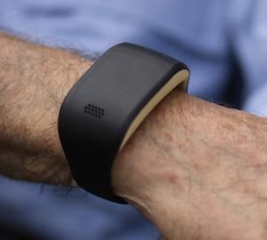 Intelligente armband bewaakt ouderen