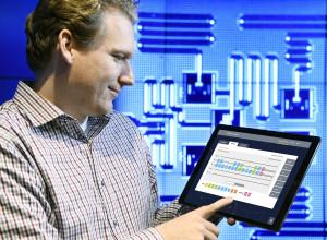 IBM's kwantumcomputer-wetenschapper Jay Gambetta maakt via zijn tablet verbinding met de IBM Quantum Experience (Jon Simon/Feature Photo Service for IBM)