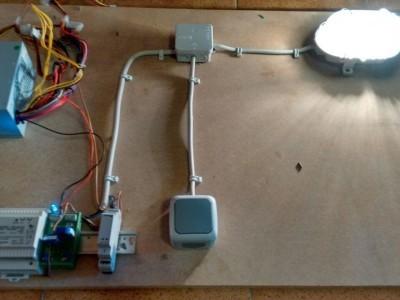 Funktionsfähriger Prototyp zur gavanisch getrennter Strommessung. Signalisiert wird der erkannte Stromfluss durch die blaue LED