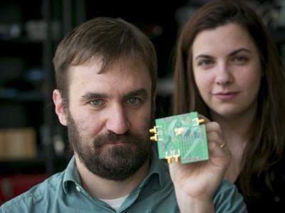 Tweeweg-radio op een enkele chip