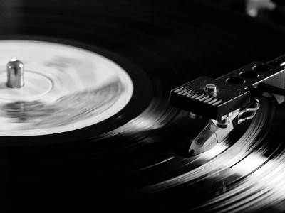 De elementen van vinyl: het verschil tussen MM en MC