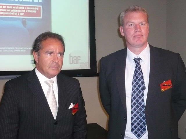 Simon Brown (rechts) vertelt over de campagne tegen camcording in Groot-Brittannië.