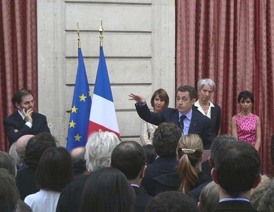 President Sarkozy ontvangt het voorstel om internetpiraten te bannen.