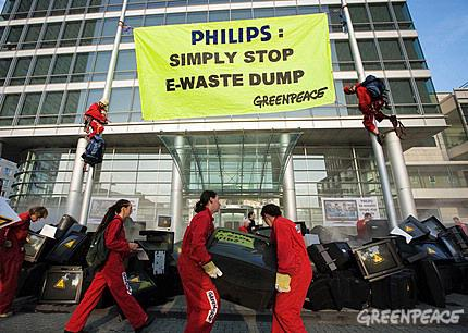 Philips krijgt Greenpeace aan de deur over e-waste.