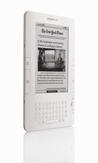 De Kindle2 gebruikt de zuinige e-ink-technologie en kan tot 1.500 boeken opslaan in het interne geheugen.
