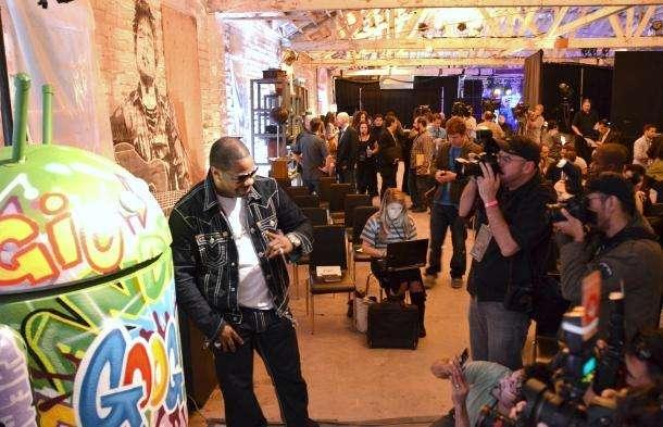 Rapper Busta Rhymes naast de Androidmascotte bij de voorstelling van Google Music (Foto: Greg Sandoval/CNET)