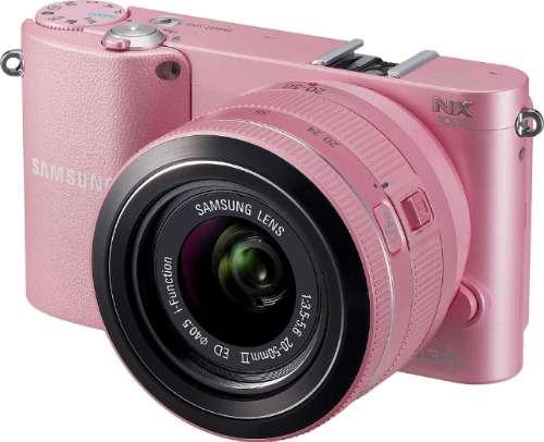 De NX1000 is verkrijgbaar in verschillende kleuren, waaronder een Pink Panter-achtig roos.