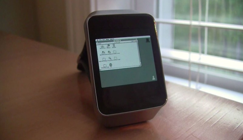 Hacker emuleert Macintosh II op zijn Android Wear smartwatch